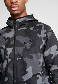 Nike Performance - SHOWTIME PRINT - Giacca sportiva - dark grey/black - 4