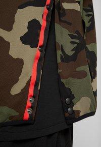 Nike Performance - SHOWTIME PRINT - Verryttelytakki - medium olive/black - 7