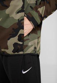 Nike Performance - SHOWTIME PRINT - Verryttelytakki - medium olive/black - 5