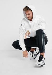 Nike Performance - NFL 100 YEARS NEW YORK GIANTS THERMA HOODY - Hoodie - white/pure platinum - 1