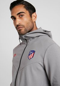 Nike Performance - ATLETICO MADRID HOODIE - Article de supporter - gunsmoke/sport red - 3