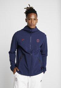 Nike Performance - PARIS ST GERMAIN HOODIE  - Klubbkläder - midnight navy/university red - 0