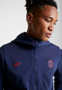 Nike Performance - PARIS ST GERMAIN HOODIE  - Klubbkläder - midnight navy/university red - 5