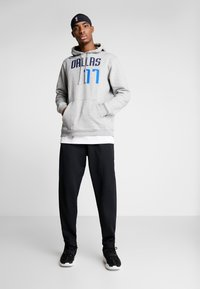 Nike Performance - NBA LUKA DONCIC DALLAS MAVERICKS NAME NUMBER HOODIE - Jersey con capucha - grey heather - 1
