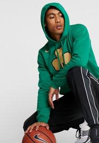Nike Performance - NBA CITY EDITION BOSTON CELTICS LOGO HOODIE - Club wear - clover - 3