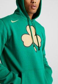 Nike Performance - NBA CITY EDITION BOSTON CELTICS LOGO HOODIE - Club wear - clover - 5