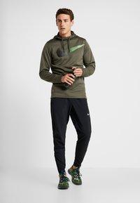 Nike Performance - Mikina skapucí - cargo khaki - 1
