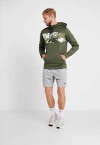 Nike Performance - M NK THRMA HD PO CMO  - Jersey con capucha - cargo khaki/electric green - 1