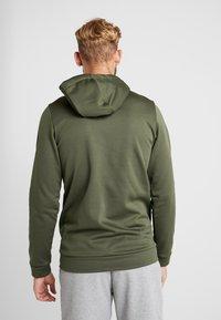 Nike Performance - M NK THRMA HD PO CMO  - Jersey con capucha - cargo khaki/electric green - 2