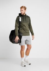 Nike Performance - Luvtröja - khaki/black - 1