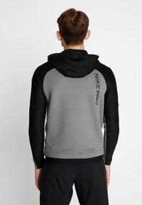 Nike Performance - Jersey con capucha - charcoal heather/black - 2