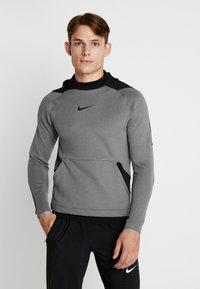 Nike Performance - Jersey con capucha - charcoal heather/black - 0