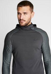 Nike Performance - UTILITY THRMA NVTY - Camiseta de deporte - dark smoke grey/black - 4