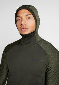 Nike Performance - UTILITY THRMA NVTY - Camiseta de deporte - khaki/black - 4