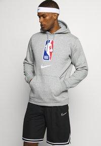 Nike Performance - NBA TEAM HOODY - Bluza z kapturem - dark grey heather - 0