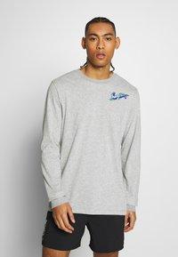 Nike Performance - DRY TEE HOOK - Bluzka z długim rękawem - dark grey heather - 0