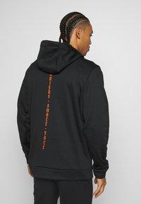 Nike Performance - M NK THRMA HD PO DVG - Hoodie - black - 2
