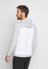 Nike Performance - DRY HOODIE  - Jersey con capucha - light smoke grey/white - 2