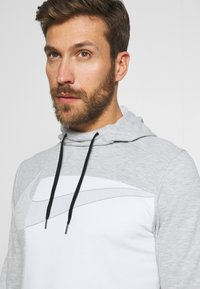 Nike Performance - DRY HOODIE  - Jersey con capucha - light smoke grey/white - 4