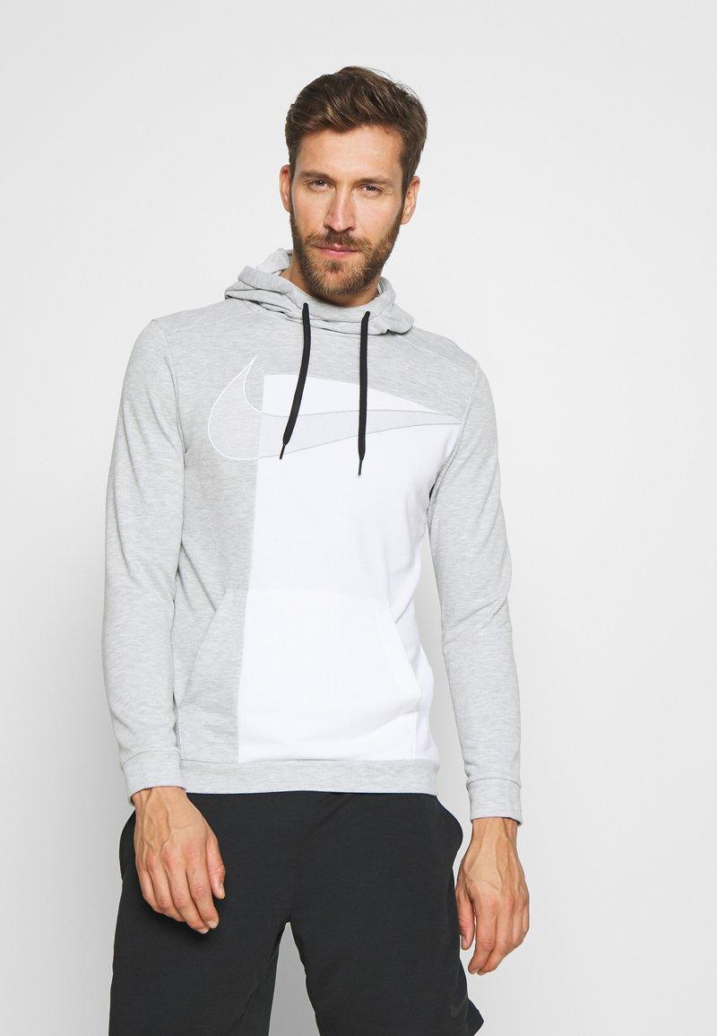 Nike Performance - DRY HOODIE  - Jersey con capucha - light smoke grey/white