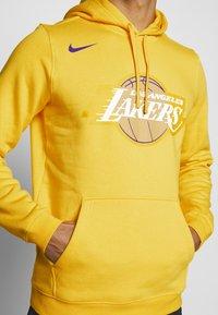 Nike Performance - NBA LOS ANGELES LAKERS CITY EDITION LOGO HOODIE - Artykuły klubowe - amarillo - 5