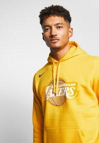 Nike Performance - NBA LOS ANGELES LAKERS CITY EDITION LOGO HOODIE - Artykuły klubowe - amarillo - 3