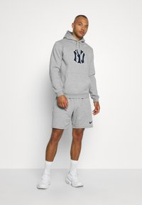 Nike Performance - MLB NEW YORK YANKEES COOPESTOWN PATCH HOODIE - Klubové oblečení - dark grey heather - 1