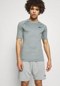 Nike Performance - TIGHT - T-shirt - bas - smoke grey/light smoke grey/black - 0