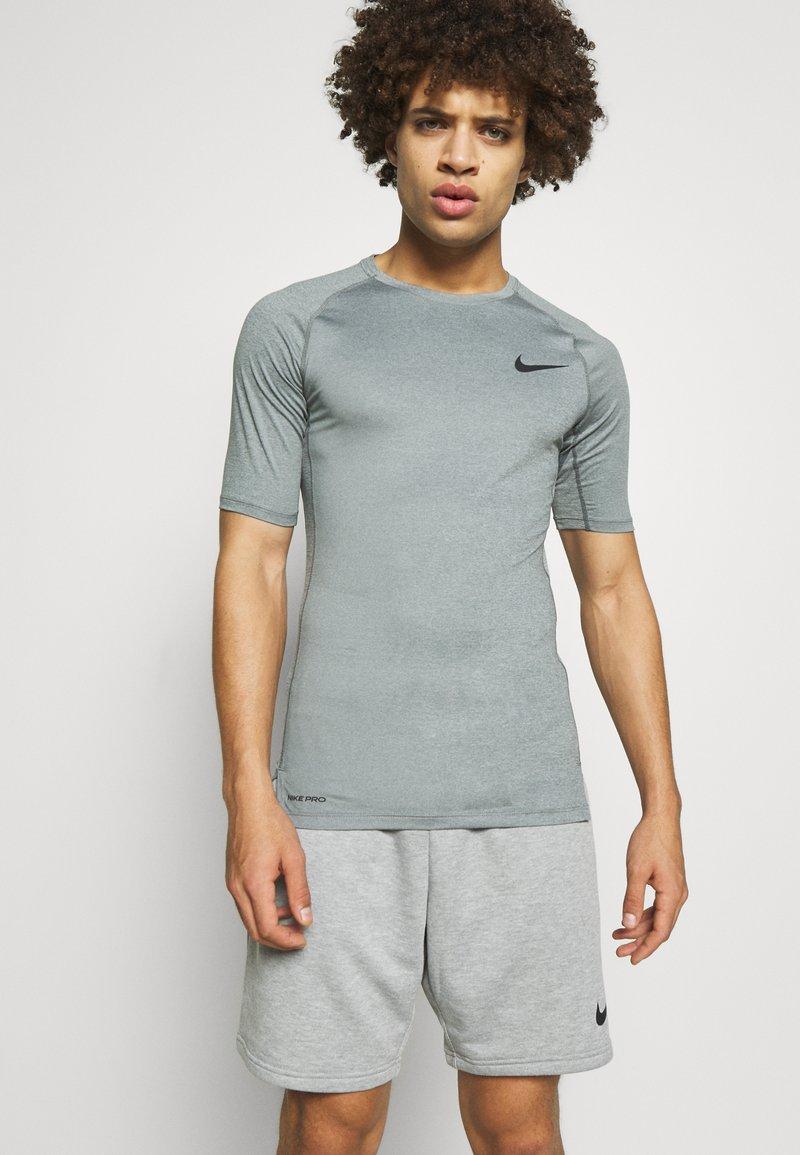 Nike Performance - TIGHT - T-shirt - bas - smoke grey/light smoke grey/black