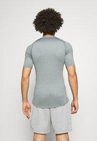 Nike Performance - TIGHT - T-shirt - bas - smoke grey/light smoke grey/black - 2