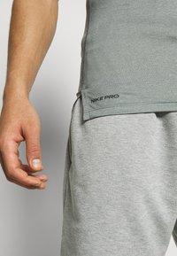 Nike Performance - TIGHT - T-shirt - bas - smoke grey/light smoke grey/black - 5