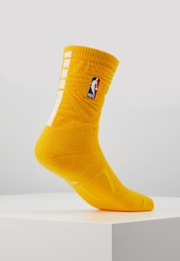 Nike Performance - NBA LOS ANGELES LAKERS CITY EDITION CREW SOCK - Skarpety sportowe - amarillo