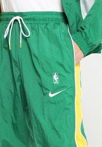 Nike Performance - NBA BOSTON CELTICS COURTSIDE TRACKSUIT - Pelipaita - clover/amarillo/white - 9