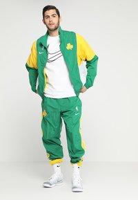 Nike Performance - NBA BOSTON CELTICS COURTSIDE TRACKSUIT - Pelipaita - clover/amarillo/white - 1
