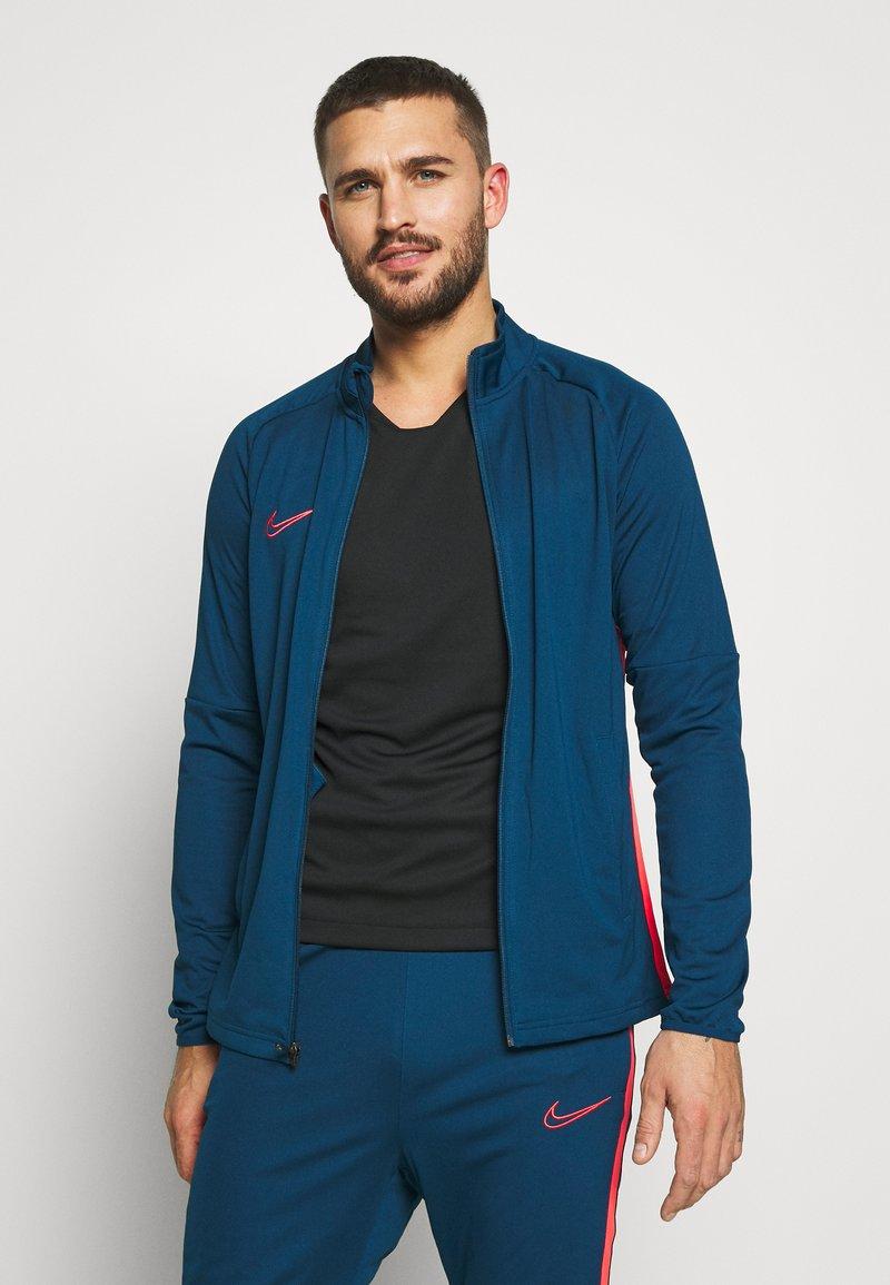 Nike Performance - DRY ACADEMY SUIT - Verryttelypuku - valerian blue/laser crimson