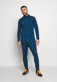 Nike Performance - DRY ACADEMY SUIT - Verryttelypuku - valerian blue/laser crimson - 1