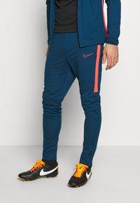 Nike Performance - DRY ACADEMY SUIT - Verryttelypuku - valerian blue/laser crimson - 3