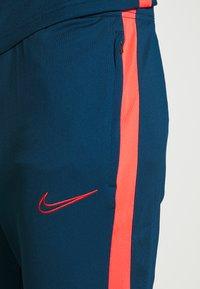 Nike Performance - DRY ACADEMY SUIT - Verryttelypuku - valerian blue/laser crimson - 7