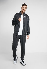 Nike Performance - M NK RIVALRY TRACKSUIT - Tracksuit - anthracite/white - 1