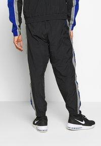 Nike Performance - NBA GOLDEN STATE WARRIORS CITY EDITION TRACKSUIT - Trainingspak - black/rush blue/dark steel grey - 4