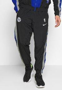 Nike Performance - NBA GOLDEN STATE WARRIORS CITY EDITION TRACKSUIT - Trainingspak - black/rush blue/dark steel grey - 3