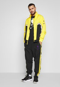 Nike Performance - NBA LOS ANGELES LAKERS CITY EDITION - Tuta - black/amarillo/white - 1
