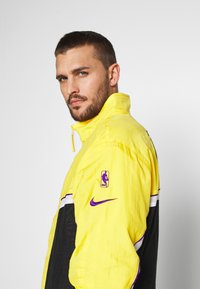Nike Performance - NBA LOS ANGELES LAKERS CITY EDITION - Tuta - black/amarillo/white - 5