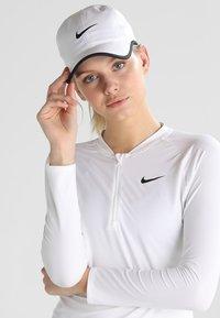 Nike Performance - FEATHERLIGHT - Keps - white/black - 2