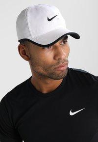 Nike Performance - FEATHERLIGHT - Keps - white/black - 1