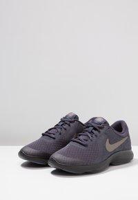 Nike Performance - REVOLUTION 4 - Neutrala löparskor - gridiron/metallic pewter/light carbon/black - 3