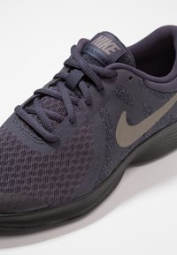 Nike Performance - REVOLUTION 4 - Neutrala löparskor - gridiron/metallic pewter/light carbon/black - 2
