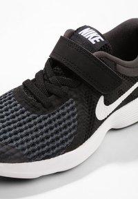 Nike Performance - REVOLUTION 4 - Nøytrale løpesko - black/anthracite/white - 5