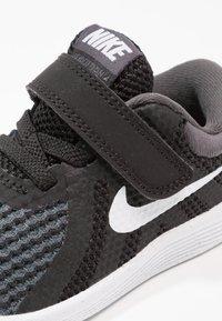 Nike Performance - REVOLUTION 4 - Obuwie do biegania treningowe - black/anthracite/white - 5