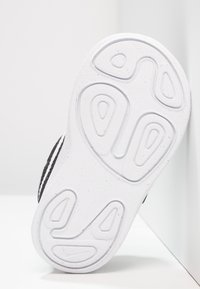 Nike Performance - REVOLUTION 4 - Obuwie do biegania treningowe - black/anthracite/white - 4